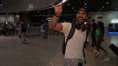 Turistas são recebidos com música no aeroporto de Fortaleza - Ocupação hoteleira deve ser em torno de 60%, estima Secretaria do Turismo.
