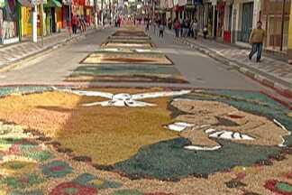 Mais de 120 tapetes são confeccionados em Santa Isabel durante o Corpus Christi - Exposição foi numa das principais avenidas da cidade.