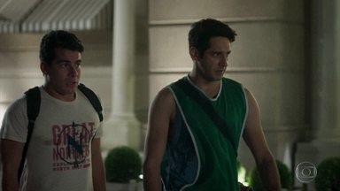 Agnaldo e Júlio se procupam com intimação - Eles tenta relaxar antes de prestar depoimento para a polícia