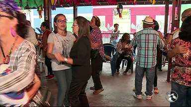 Idosos participam de tarde com forró em Caruaru - Festa aconteceu na Estação Ferroviária