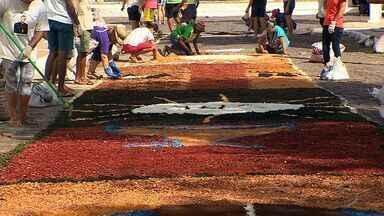 Católicos preparam tapetes para procissão de Corpus Christi - Católicos preparam tapetes para procissão de Corpus Christi.