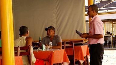 Gorjeta em bares e restaurantes será incorporada ao salário de garçons - Assista a seguir.