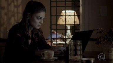 Bibi tenta entrar no site de namoro que está no computador de Rubinho - Ela se irrita quando Aurora faz insinuações sobre a fidelidade do seu marido