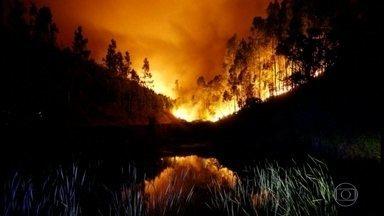 """Incêndio florestal mata 62 pessoas em Portugal - O presidente de Portugal, Marcelo Rebelo de Sousa, afirmou que essa é uma tragédia sem precedente na história recente do país. Em algumas regiões, moradores descrevem labaredas como """"ondas de mar, levando tudo à frente""""."""
