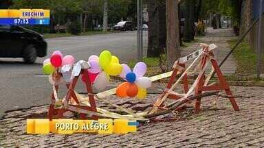 Moradores colocam balões em protesto a buraco aberto há três meses em rua de Porto Alegre - EPTC diz que fez procedimento padrão, de sinalizar problema, e observou que conserto deve ser feito por prefeitura.