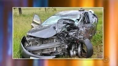 Motorista morre em colisão frontal entre dois carros em Fernandópolis - Um homem de 27 anos morreu em um acidente na rodovia Percy Waldir Semeguini, em Fernandópolis (SP). Ele era o motorista de um dos dois carros que bateram de frente na madrugada deste domingo (18).