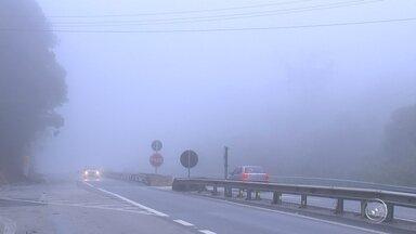 Confira dicas de como dirigir sob neblina nas estradas da região de Itapetininga - Uma forte neblina tem sido registradas nas estradas da região de Itapetininga (SP). Dirigir neste tipo de condição climática requer atenção redobrada, pois as chances de ocorrer um acidente crescem significativamente.