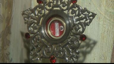 Relíquia de São Francisco de Assis peregrina por João Pessoa - A caixa com a imagem peregrina do santo e o relicário com pedacinhos dos ossos chegaram a João Pessoa no sábado à tarde.