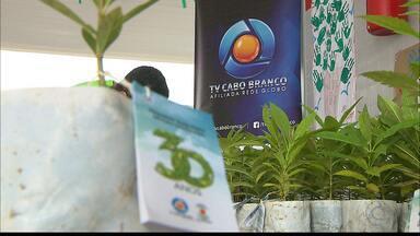 Duas escolas da capital recebem ação ambiental de entrega e plantiu de 300 mudas - A ação faz parte da distribuição de 30 mil mudas em comemoração ao aniversário das TVs Cabo Branco e Paraíba.