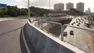 Primeiro viaduto de retorno da Avenida Paralela fica pronto - O trânsito do local só vai ser liberado para os motoristas a partir de terça (20).