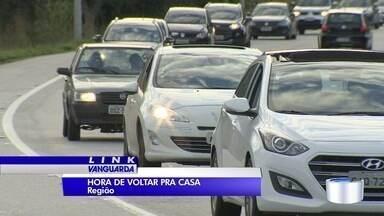 Volta do feriado lota estradas da região - Na Floriano Rodrigues Pinheiro movimento foi grande desde cedo.