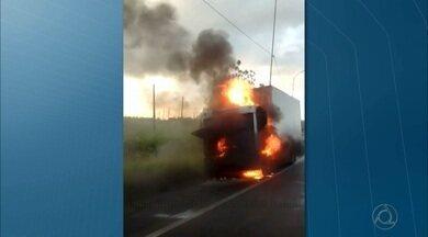 Caminhão pega fogo na BR 101 na Paraíba - O caminhão estava em Santa Rita quando pegou fogo.