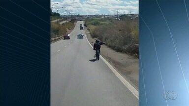 Motociclista pilota deitado sobre banco de moto na BR-153, em Goiás - Telespectador da TV Anhanguera, Alexandre Teixeira passava pela rodovia quando flagrou a imprudência e decidiu gravar o vídeo para registrar a manobra arriscada.