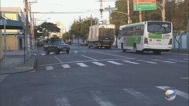 Assaltos a motoristas ficam recorrentes nos Campos Elíseos, em Ribeirão Preto, SP - Ladrões aproveitam parada de veículos em semáforos para agir.