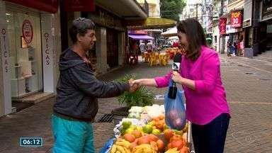 Apresentadora do ESTV vai às ruas no Dia do Aperto de Mão - Veja o que uma especialista fala sobre o cumprimento.