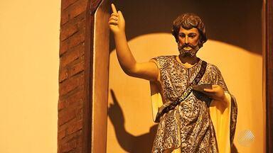 Devotos celebram dia de São João com missa e orações na capital baiana - Santo é conhecido por ter batizado Jesus Cristo.
