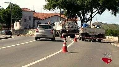 Reparos de manutenção na rede de esgoto da Cesan causa interdição em trecho de Vitória - O trecho, na parte de cima da curva do saldanha, na Avenida Vitória, está bloqueado.