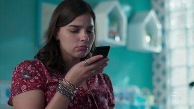 Keyla tenta falar com as amigas - Ela não consegue contato com as meninas para falar sobre sua procura por Deco