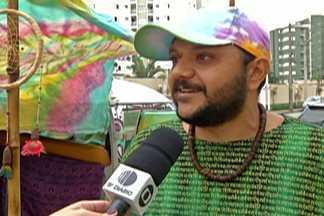 Loja móvel de produtos alternativos visita Mogi das Cruzes - Em Mogi das Cruzes, uma perua, super colorida se transformou em uma loja de produtos alternativos.