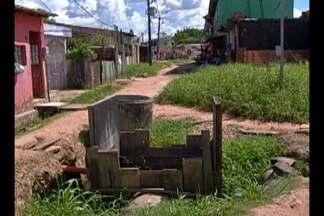 Moradores reclamam da falta de saneamento na rua São João, em Ananindeua - Eles dizem que o problema é antigo e que poderia ser resolvido se uma obra da prefeitura iniciada na área tivesse sido concluída.