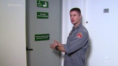 Bombeiros dão dicas para se salvar de incêndios em casa - Em caso de incêndio em edifício, a recomendação é fugir pela saída de emergência o mais rápido possível. Usar uma toalha úmida no rosto é uma boa ideia para enfrentar a fumaça