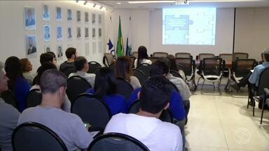 Encontro discute como evitar desperdícios e aumentar o faturamento em tempos de crise - Assunto foi abordado com empresários na Câmara de Dirigentes Lojistas de Resende, RJ.