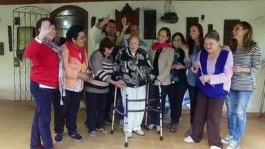 Ex-alunos criam grupo para ajudar professoras de francês aposentadas - Madame Simone, 95, e a irmã dela, Madame Odete, 87, ganharam a vida dando aulas de francês em colégios do Rio de Janeiro, por mais de 50 anos.