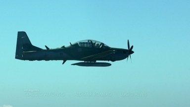 """Imagens exclusivas mostram caça da FAB atirando contra avião suspeito - O piloto desobedeceu todas as ordens para pousar e sofreu as consequências. É o que a Força Aérea Brasileira chama de """"tiro de detenção""""."""