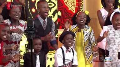 Coral Watoto, formado por órfãos de Uganda, se apresenta no 'Encontro' - Grupo chama atenção para o problema das crianças órfãs na África