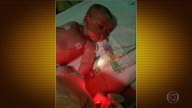 Bebê britânico de 10 meses vira polêmica de proporção mundial - A Justiça europeia permitiu que um hospital desligue os aparelhos de um bebê contra a vontade dos pais. Eles ainda queriam tentar um tratamento nos EUA. Até Donald Trump se meteu no assunto.