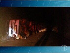 Motorista morre ao tombar carreta carregada de carvão na MGC-451, no Norte de Minas - Acidente foi na madrugada desta terça-feira (4) e a pista permanecia interditada até às 7h; vítima morreu no local.
