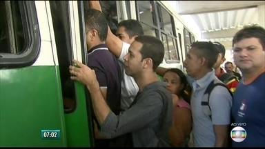 População enfrenta dificuldades para pegar ônibus no 2º dia da greve dos rodoviários - Redução da frota em circulação gerou transtornos para quem depende do transporte público para chegar ao trabalho