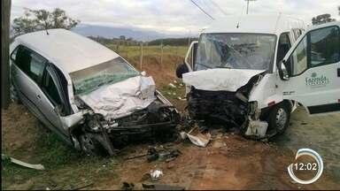 Uma pessoa morreu e 11 ficaram feridas em acidente em Guará - Batida foi entre carro de passeio e uma van.
