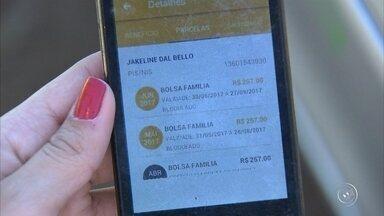 Famílias de Várzea Paulista estão sem receber o benefício do bolsa família - Mais de 500 famílias de Várzea Paulista (SP) estão sem receber o benefício do bolsa família, do Governo Federal. Tem gente esperando há dois meses esse dinheiro - que faz uma grande diferença no dia a dia.