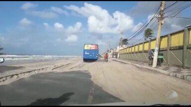 Ventos fortes derrubam telhado de casa de shows e levam areia para a pista na orla - Os ventos passaram dos 50 km/h na capital.