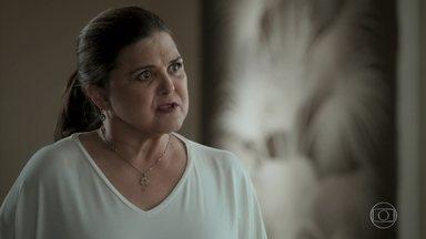 Aurora repreende Bibi por ficar ao lado de Rubinho - Ela avisa que Caio deixou o caso. Heleninha desconfia das saídas de Aurora