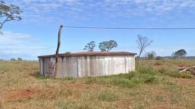 Moradores de assentamento sentem a falta d'água - Os poços para abastecer mais de 60 famílias da comunidade foram feitos há mais de 10 anos e até agora não funcionam. Um deles, está sem encanamentos.