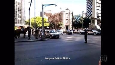 Militares fazem minuto de silêncio e param viaturas após morte em combate na Zona da Mata - Cabo Marcos Marques da Silva, 37 anos, foi assassinado por bandidos que atacaram dois bancos em Santa Margarida.