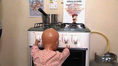 Bombeiros dão dicas para evitar acidentes domésticos em Goiás - Entre as orientações está deixar as crianças longe da cozinha.