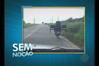 Motociclista transporta cadeiras em Bragança - Motociclista transporta cadeiras em Bragança