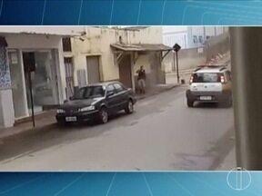 Cabo da PM é assassinado em tentativa de assalto a bancos, em Santa Margarida - De acordo com PM, dois vigilantes foram baleados, um deles morreu. Cinco ladrões fortemente armados com fuzis tentaram roubar as agências do Banco do Brasil e do Sicoob.