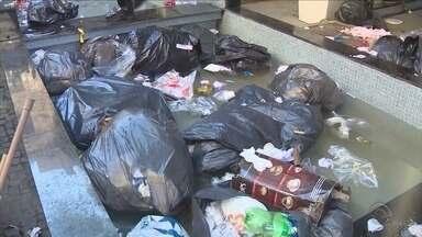 Em greve, trabalhadores da Comcap jogam lixo na entrada da Câmara de Vereadores - Em greve, trabalhadores da Comcap jogam lixo na entrada da Câmara de Vereadores