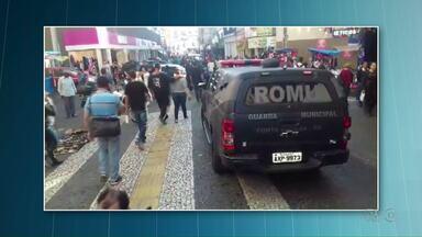 Guarda Municipal faz fiscalização no comércio do calçadão em Ponta Grossa - Vários produtos foram apreendidos e duas pessoas foram levadas pra delegacia.