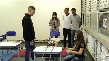 Alunos de Pinheiral, RJ, desenvolvem carrinho de controle remoto - Veículo é capaz de enfrentar vários tipos de terreno. Grupo vai participar de competição em São Paulo.