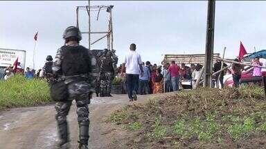 Polícia começa a retirar acampamento do MST em Conceição da Barra, ES - Grupo ocupava área de empresa desde 2016.