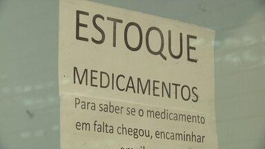 Faltam dezenas de remédios na Farmácia Pública - Na Farmácia de Alto Custo, é imensa a lista de remédios em falta.