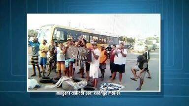 Moradores fecham rodovia para protestar contra atraso de obra em bairro de Campos, no RJ - Segundo os moradores, parte do bairro não tem saneamento básico e as ruas estão com muitos buracos.