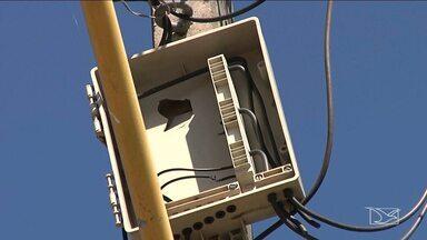 Clientes denunciam o furto de cabos de telefonia em postes de Caxias - Em um dos bairros da cidade, mal as empresas fazem a reposição dos cabos, os bandidos já levam tudo de novo.
