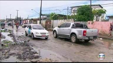 Moradores de Sítio Novo reclamam de rua esburacada e lixo - Bairro fica na divisa de Olinda e Recife