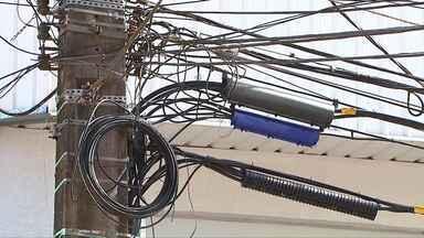 Emaranhado de fios nos postes de Cascavel põe em risco os moradores - Operadoras instalam, mas não retiram fios desabilitados.